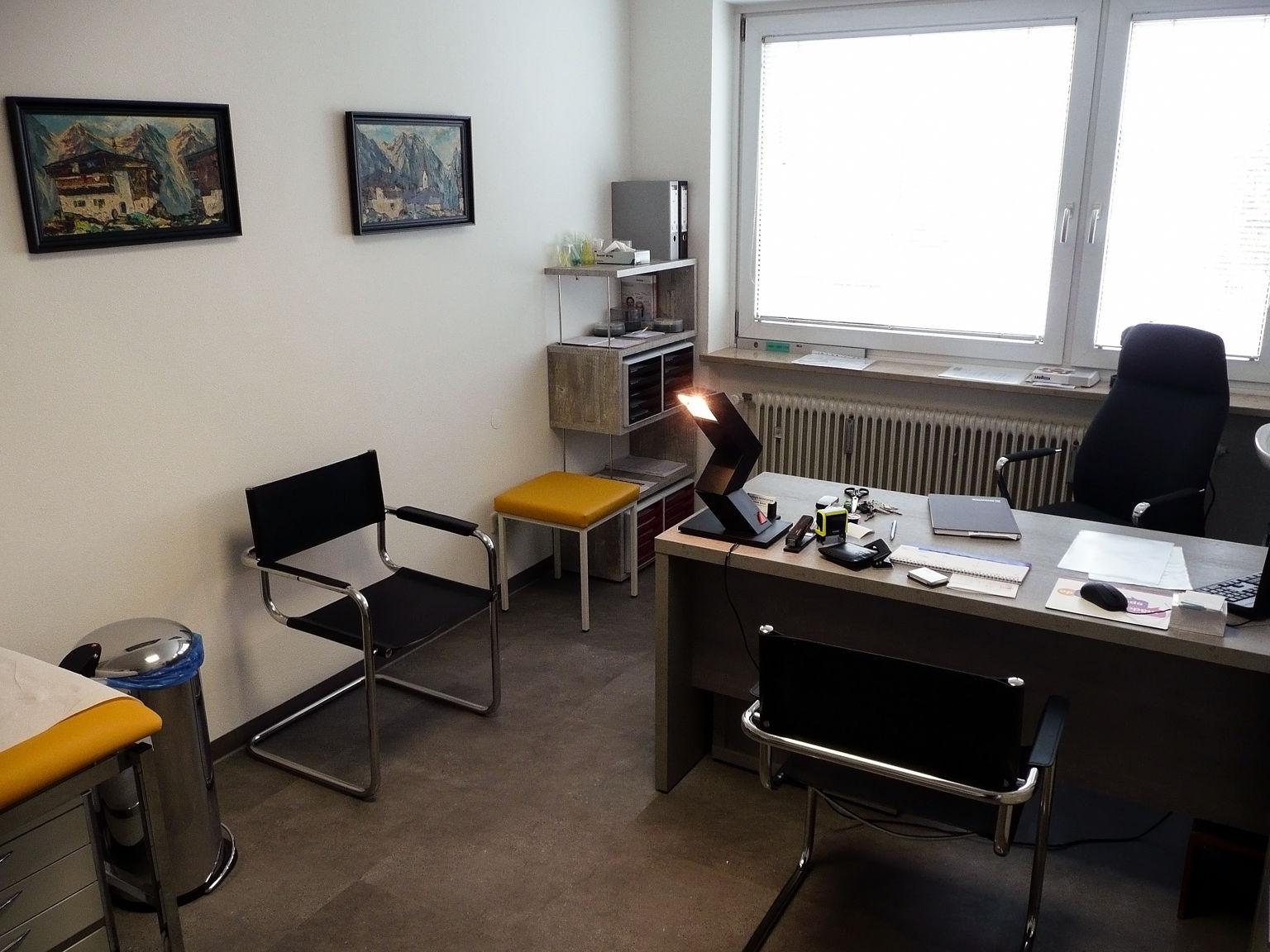 Besprechungszimmer / Einblick der Praxis in Heimstetten