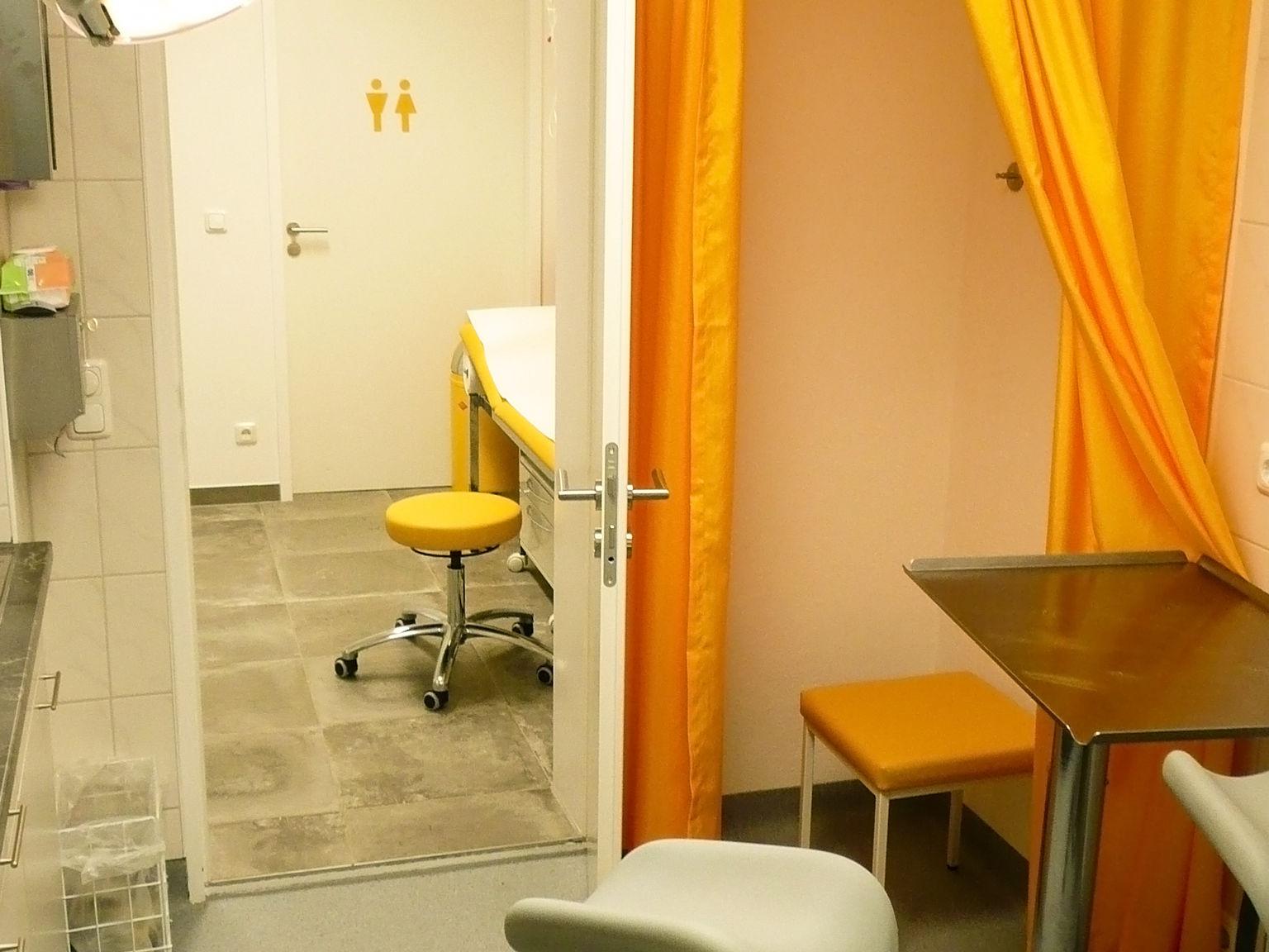 Behandlungszimmer der Praxis Sebastian Karst der Urologie in Heimstetten